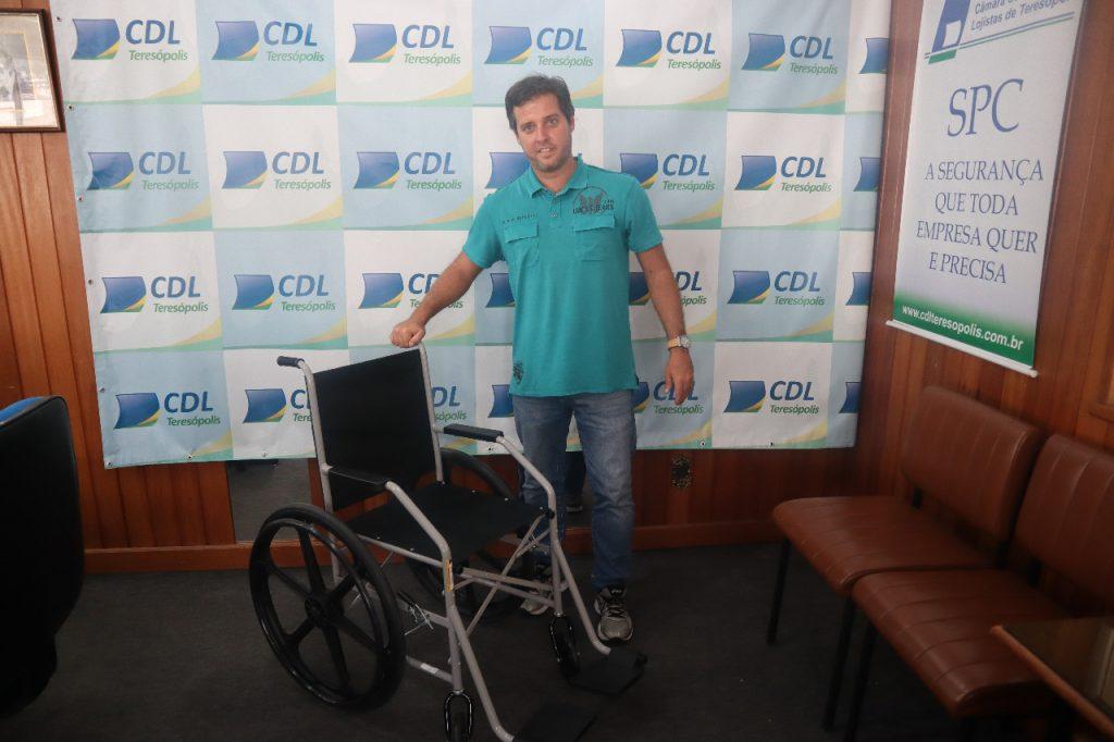 CDL adquire a primeira cadeira de rodas com a venda dos lacres de latinhas